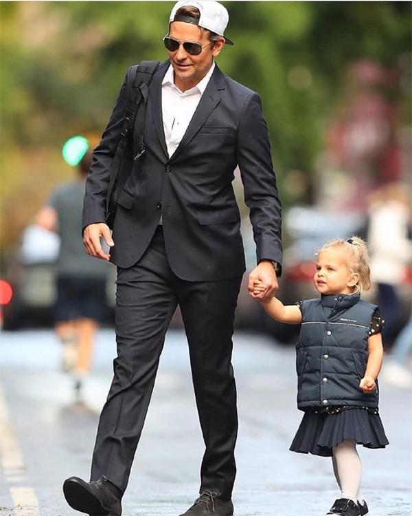 Bradley Cooper diện vest lịch lãm, cùng bé Lea rời nhà ở New York hôm 27/10.