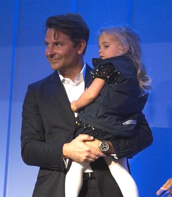 Ngôi sao A Star Is Born cùng con gái tham dự lễ trao giải Mark Twain tại Trung tâm The Kennedy - giải thưởng vinh danh những nghệ sĩ có thành tựu xuất sắc trong lĩnh vực hài kịch.