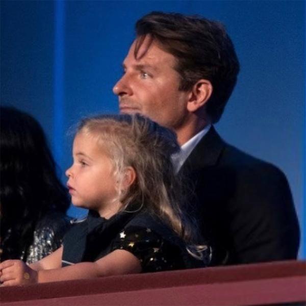Đây là lần đầu tiên Bradley đưa con gái đi dự sự kiện cùng. Trước đó, bé Lea chưa một lần tới thảm đỏ cùng bố hoặc mẹ.