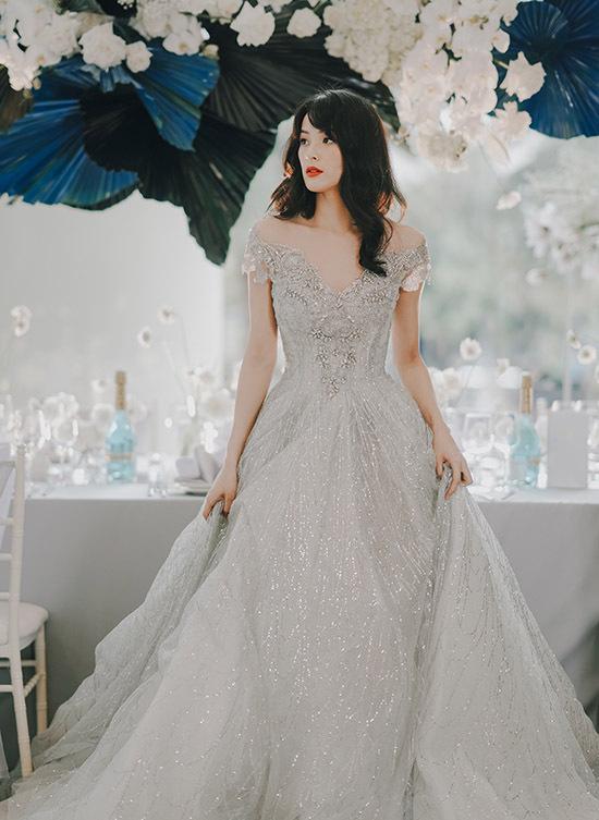 Khi đi sự kiện hoặc làm mẫu ảnh Hạ Vi ăn mặc cầu kỳ, lộng lẫy nhưng ngoài đời cô theo đuổi gu thời trang đơn giản, ngẫu hứng.