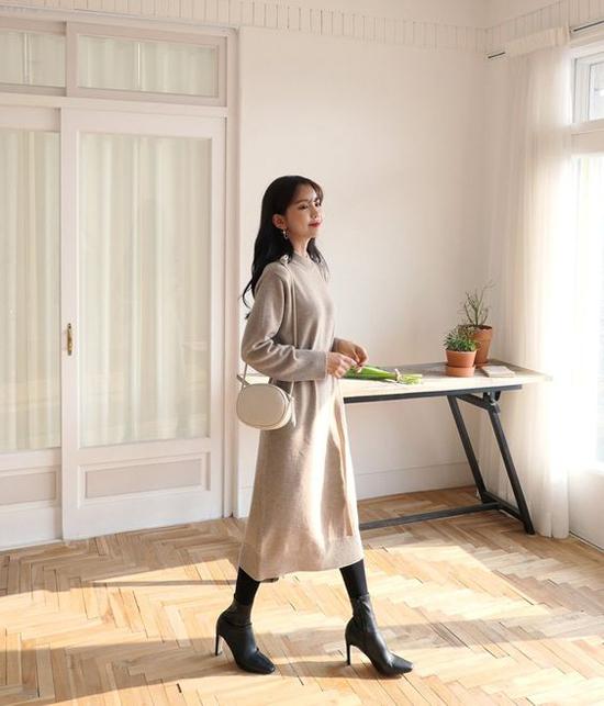 Bên cạnh việc chọn váy hợp với vóc dáng và tiết trời, phụ kiện bốt cổ thấp sẽ góp phần giúp bạn gái văn phòng hoàn thiện set đồ mùa thu.