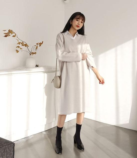 Đầm vải nỉ, vải dạ mỏng dáng suông cho các bạn gái có vóc dáng thanh mảnh. Kết hợp cùng trang phục này, phái đẹp có thể chọn áo sơ mi, blouse tông trắng, cafe sữa nhạt, xám ghi để phối đồ.
