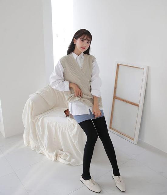 Sử dụng các kiểu áo len to bản cùng sơ mi dáng rộng cũng là mốt được các bạn gái xứ Hàn yêu thích ở mùa thu.