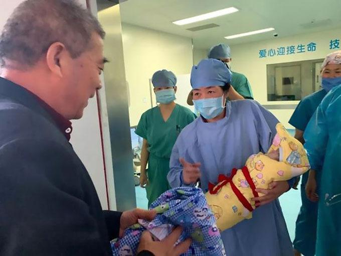 Người đàn ông gần 70 hớn hở khi sắp được bế con gái mới chào đời. Ảnh: AsiaWire.