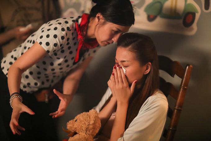 Kathy Uyên chỉ đạo cho Thanh Hằng một cảnh nhiều cảm xúc.