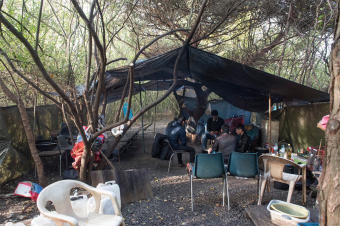 Khu lều tạm bợ nơi nhóm người Việt trú ẩn ở Pháp để chờ sang Anh. Ảnh: The Sun.
