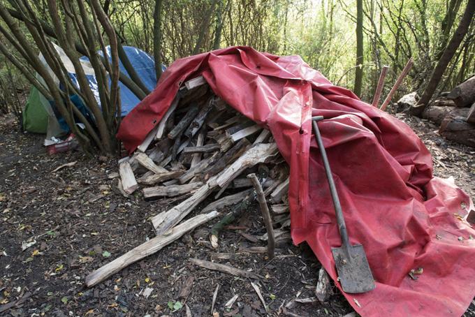 Đống củi để giúp nhóm người Việt nấu ăn và sưởi ấm ở trong rừng, chờ vượt biên từ Pháp qua Anh. Ảnh: The Sun.
