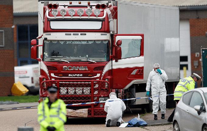 Cảnh sát và nhân viên pháp y tại hiện trường xe container chở 39 thi thể được phát hiện ở Essex hôm 23/10. Ảnh: Reuters.