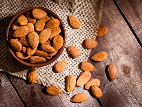 Hạnh nhân Hạnh nhân là một trong những loại hạt được sử dụng rất phổ biến. Loại hạt này có chứa rất nhiều chất dinh dưỡng có lợi như protein, chất xơ, chất béo không bão hào, vitamin E, vitamin B, vitamin H, celluloses, axit folic, canxi, kali, sắt, kẽm và magie... Những thành phần dưỡng chất này có tác dụng ngăn chặn quá trình chuyển hóa đường thành chất béo, giảm thiểu tình trạng tích tụ mỡ trong cơ thể, từ đó giúp bạn giảm cân hiệu quả nhanh nhất.  Nguồn bài viết: http://agarwood.org.vn/diem-danh-nhung-loai-hat-co-than-cong-giam-can-628.html