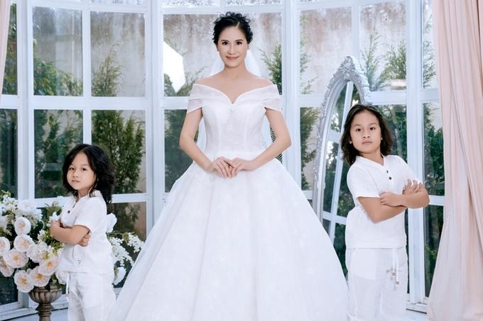 Đây là bộ ảnh ghi lại kỷ niệm của nữ diễn viên cùng hai con trai, bé Shisha 8 tuổi và bé Oxy 5 tuổi.