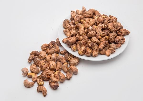 Hạt điều Bên cạnh các dưỡng chất thiết yếu như kẽm, sắt, kali...,hạt điều còn chứamột lượng chất béo không bão hòa đơn rất lớn. Lượng chất béo không bão hòa đơn này không chỉ giúp giảm cân mà còn ngăn ngừa các bệnh lý tim mạch.