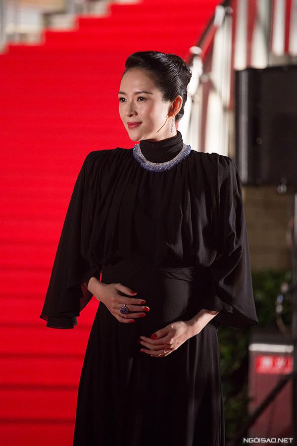 Ở tuổi 40, Chương Tử Di và chồng là ca sĩ Uông Phong sắp chào đón con thứ hai. Trong đêm khai mạc LHP Tokyo lần thứ 32, nữ diễn viên diện váy và liên tục xoa bụng chia sẻ tin vui với giới truyền thông.