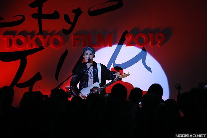Ca sĩ Miyavi biểu diễn trong bữa tiệc khai mạc liên hoan phim. LHP quốc tế Tokyo lần thứ 32 diễn ra tại thủ đô của Nhật Bản từ ngày 28/10 đến 5/11.
