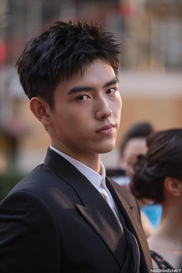 Quý tử Trần Phi Vũ của đạo diễn Trần Khải Ca và diễn viên Trần Hồng. Trần Phi Vũ năm nay 19 tuổi, có chiều cao 1,88 mét và bắt đầu sự nghiệp diễn viên.