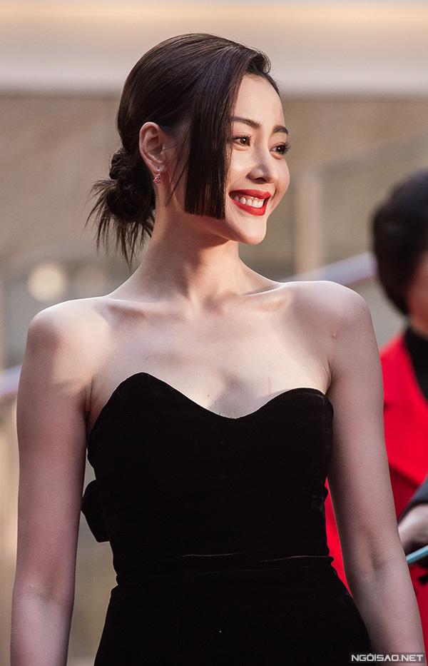 Thảm đỏ Tokyo có sự xuất hiện của nhiều sao Hoa ngữ. Thái tử phi Trương Thiên Ái diện váy khoe vai trần gợi cảm.