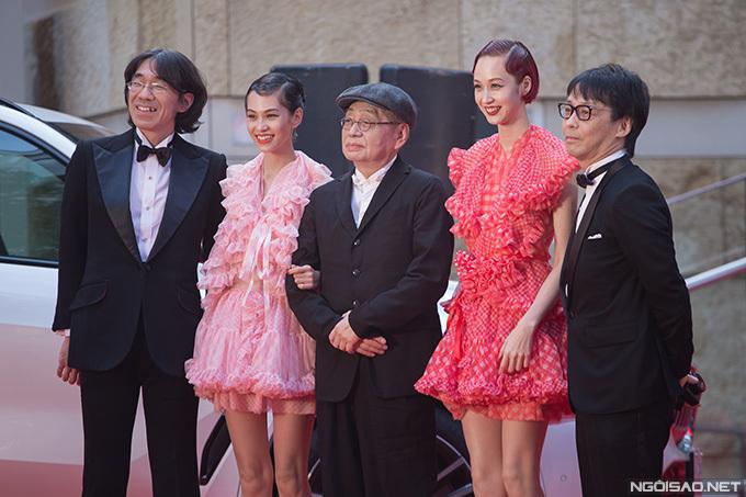 Kiko Mizuhara (váy hồng) được coi là nữ hoàng quảng cáo của showbiz Nhật. Cô từng được khán giả Việt Nam biết tới với vai diễn Midori trong phim Rừng Na Uy của đạo diễn Trần Anh Hùng.