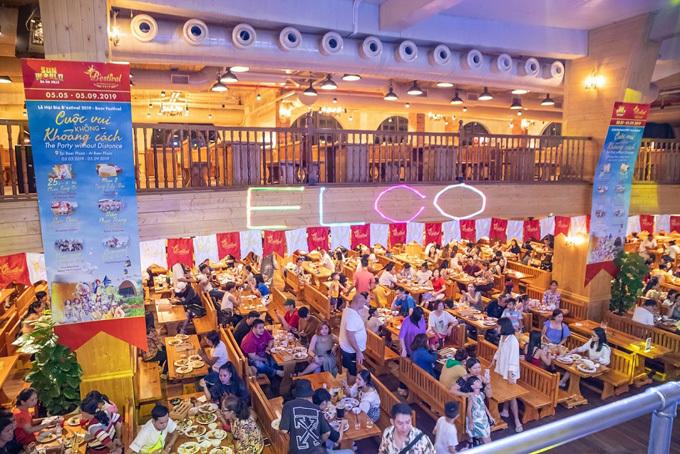 Ngoài khung cảnh và các trò chơi, du khách thưởng thức những món ăn từ Á sang Âu, những món ăn thương hạng của Đức như bánh mỳ muối giòn tan, xúc xích hay bia thượng hạng tại Beer Plaza.