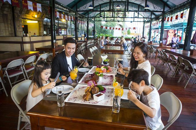 Tới nhà hàng Kavkaz, thực khách sẽ thấy nước Nga qua những món ăn tinh tế như súp củ cải đỏ, sườn cừu nướng. Bạn cũng có thể chạm tay tới Italy khi thưởng thức pizza, mỳ spaghetti tại La Brasserie. Mỗi nhà hàng là một nền văn hóa, mỗi góc nhỏ ở Bà Nà Hills là một trải nghiệm đẹp, để bạn không thể từ chốitrở lại Công viên chủ đề hàng đầu Việt Nam này thêm nhiều lần nữa.