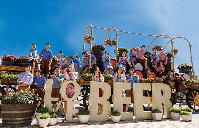Hạ sẽ là mùa Bà Nà Hills cho du khách thấy một vẻ đẹp căng tràn sức sống, trong cuộc vui không khoảng cách với lễ hội bia Bestival vốn được mệnh danh Oktoberfest phiên bản Việt.