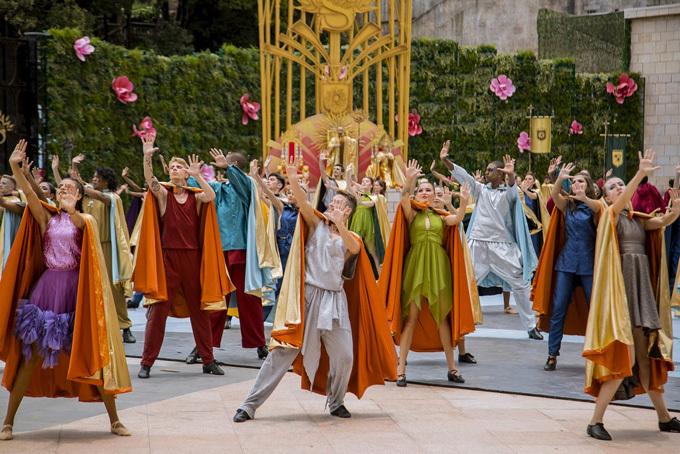 Xen giữa những lễ hội là các show nghệ thuật đặc sắc, với sự góp mặt của dàn diễn viên, nghệ sĩ quốc tế cùng nhiều loại hình nghệ thuật như xiếc, múa, ảo thuật, cà kheo