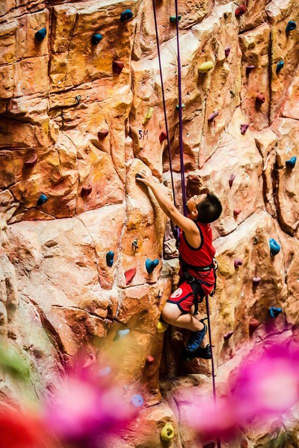 Nếu bạn là người thích phiêu lưu, thử thách, có thể tham gia cuộc du hành xuyên lòng đất, trò chơi leo núi trong nhà hay trở về thời tiền sử với công viên kỷ Jura. 18 trò chơi và hàng trăm game sẽ đem đến một thế giới vui nhộn cho giới trẻ và các du khách nhí.