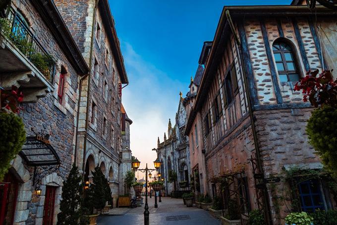 Sun World Ba Na Hills được ví như châu Âu thu nhỏ, mê hoặc du khách bởi những công trình kiến trúc đẹp như mơ. Ngôi làng Pháp mở ra khung cảnh Paris hoa lệ với tòa lâu đài cổ kính, nhà thờ St. Denis tôn nghiêm hay những con phố châu Âu nhuốm màu thời gian.