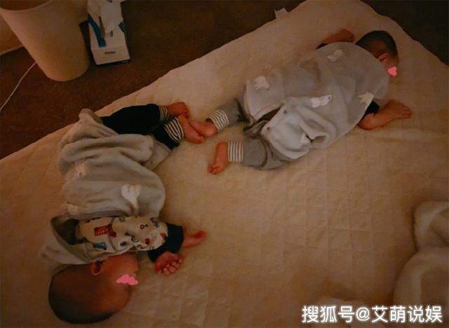 Khoảnh khắc khi hai bé trai ngủ được Aoi chia sẻ trên mạng xã hội, khiến khán giả thích thú.