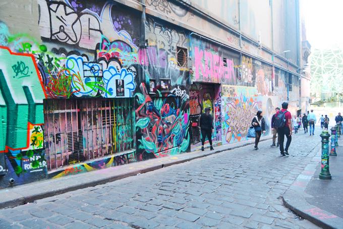 Melbourne (Australia) là thủ phủ bang Victoria và là thành phố lớn thứ 2 xứ sở kangaroo, chỉ sau Sydney. Nơi đây nổi tiếng với nghệ thuật tranh vẽ đường phố.Không khó để bắt gặp ở thành phố này những mảng tranh tường graffiti rực rỡ sắc màu với kích thước rất lớn.