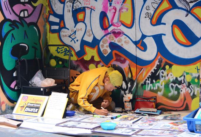 Những bức tranh tường ở đây không phải được vẽ ra một cách tùy hứng mà đều được tính toán để tạo ra tổng thể hài hòa, đậm tính nghệ thuật, hay vì sự rối rắm, mất thẩm mỹ. Nhiều họa sĩ đường phố hàng ngày vẫn miệt mài sáng tạo ra những tác phẩm trên tường, một số khác lại mở dịch vụ vẽ chân dung với giá từ 10-20 AUD/tấm (tương đương 160.000 đồng - 320.000 đồng). Nhiều người rất hào hứng với món quà đặc biệt này sau chuyến ghé thăm Hosier Lane street art.