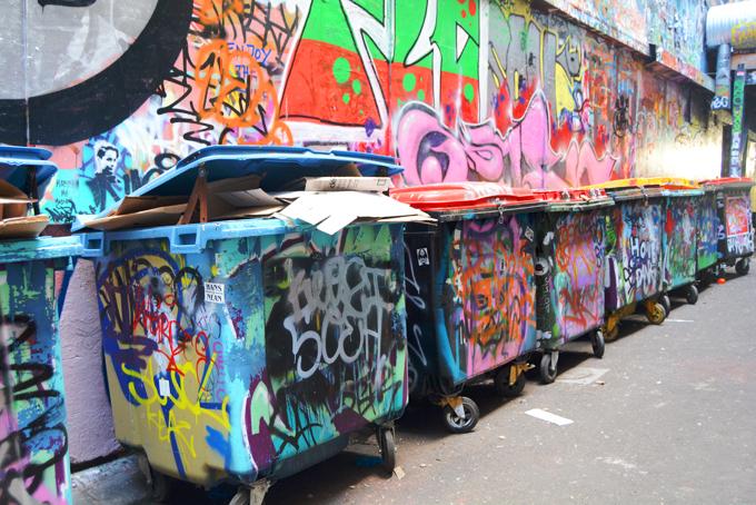 Từng milimet ở Hosier Lane đều nhuốm màu nghệ thuật, ngay cả những chiếc thùng rác cũng được sơn màu tiệp với màu tường.