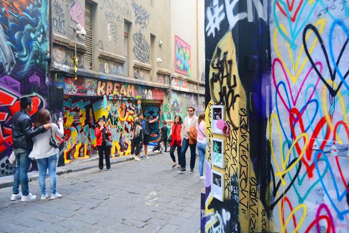 Làn sóng graffiti bắt đầu đổ bộ vào Melbourne từ những năm 1970 - 1980. Giới trẻ đam mê vẽ tranh lên tường bằng những hộp sơn màu. Hình vẽ xuất hiện từ khắp các nhà ga trong thành phố cho tới vùng ngoại ô, đặc biệt là dọc theo tuyến đường sắt, tàu điện thành phố.