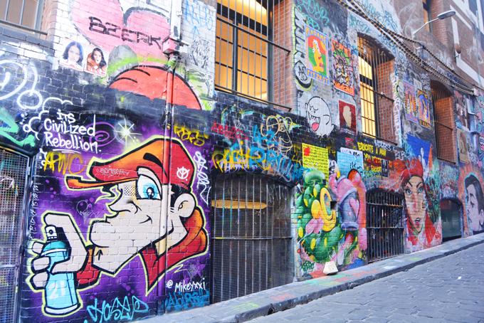 Không chỉ vẽ ở các công trình công cộng, các nghệ sĩ đường phố còn tập trung hình vẽ trong một số khu vựcđặc biệt, vừa tạo ra không gian nghệ thuật cho công chúng, vừa tránh làm ảnh hưởng đến cảnh quan chung của thành phố.
