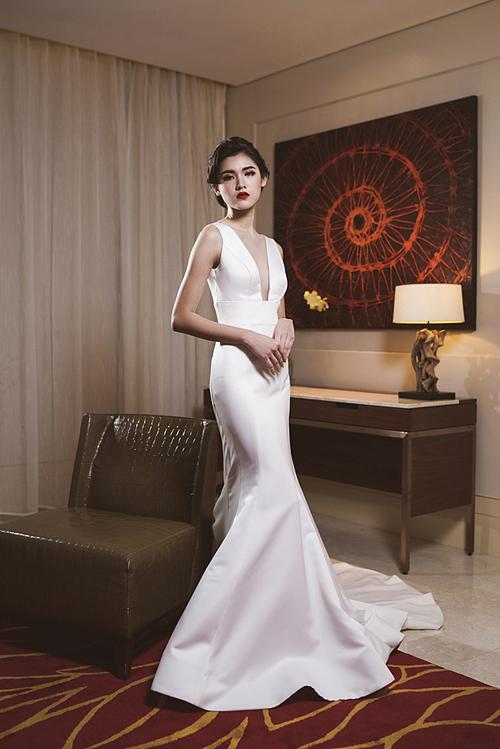 Lấy cảm hứng từ sự quyến rũ, cổ điển của các ngôi sao Hollywood thập niên 50, chuyên gia trang điểm đã tiết chế một số chi tiết để tôn sự tinh tế, sang trọng cho cô dâu ngày nay.