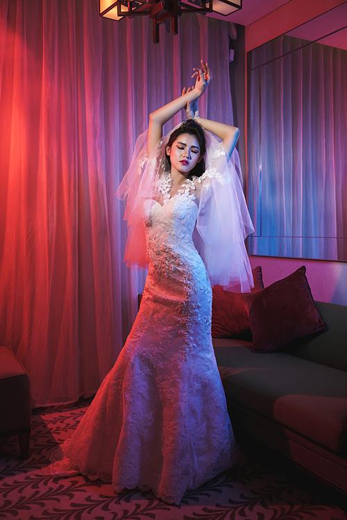 Các cô dâu giai đoạn này ưa chuộng kiểu tóc uốn xoăn lọn lớn kết hợp cùng khăn voan xếp tầng.