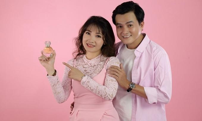 Tài tử cùng vợ quảng cáo sản phẩm do chị kinh doanh.