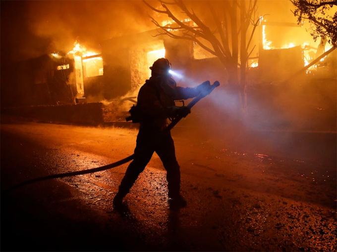 Hơn 500 lính cứu hỏa đã được huy động để xử lý vụ cháy. Ảnh: Reuters.