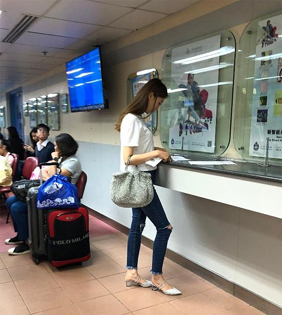Diễm Quyên gần đây tới Cục xuất nhập cảnh để xin visa đi du lịch.