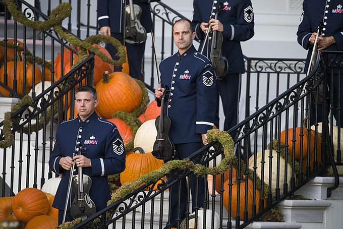 Đoàn nhạc biểu diễn trên cầu thang với các quả bí ngô được đặt xung quanh.