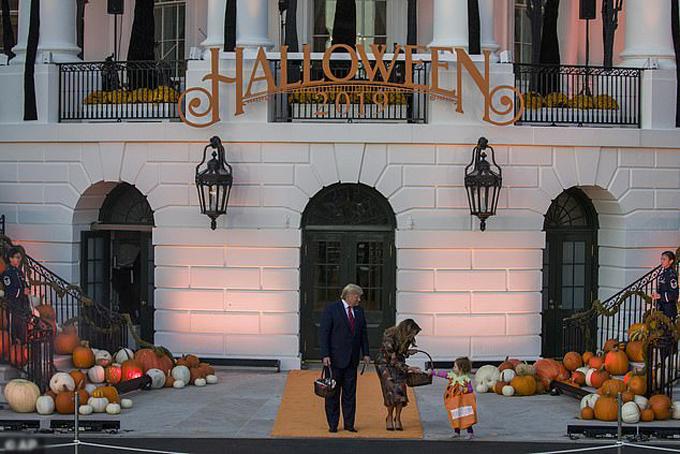 Vợ chồng Tổng thống Mỹ bắt đầu phát quà từ khi hoàng hôn cho đến lúc mặt trời gần lặn hẳn.