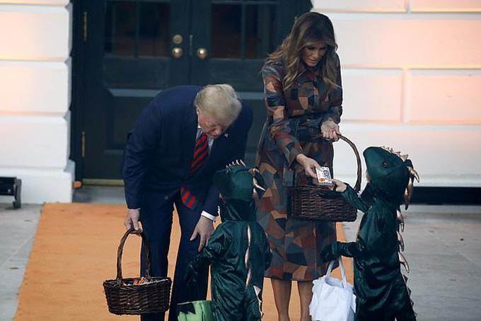 Trẻ con mặc đủ các trang phục chúng yêu thích và được nhận kẹo từ cả Tổng thống lẫn đệ nhất phu nhân Mỹ.