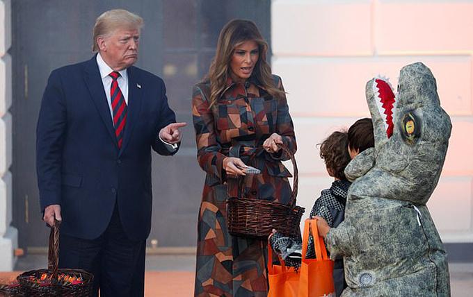 Ông Trump thỉnh thoảng còn đùa lại với lũ trẻ trong khi bà Melania chủ yếu bật cười vui vẻ.
