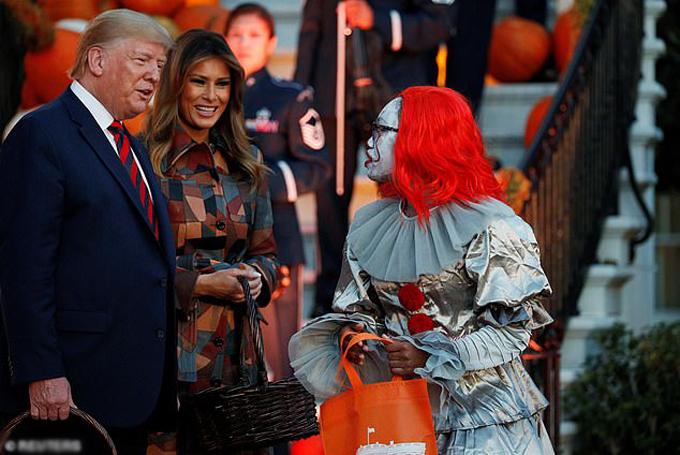 Nhân viên Nhà Trắng cũng tham gia vào màn hóa trang nhân lễ Halloween này và được ông Trump cổ vũ.