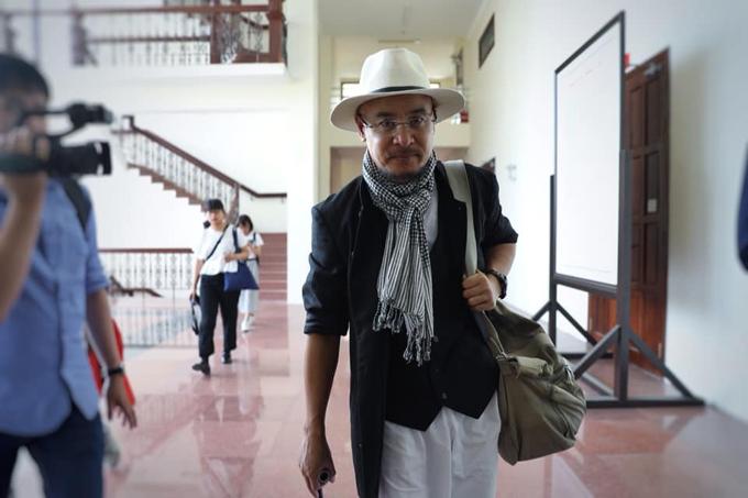 Ông Vũ buồn bã rờiphòng xử sau khi phiên tòa tạm hoãn sáng 29/10. Ảnh: Thành Nguyễn.
