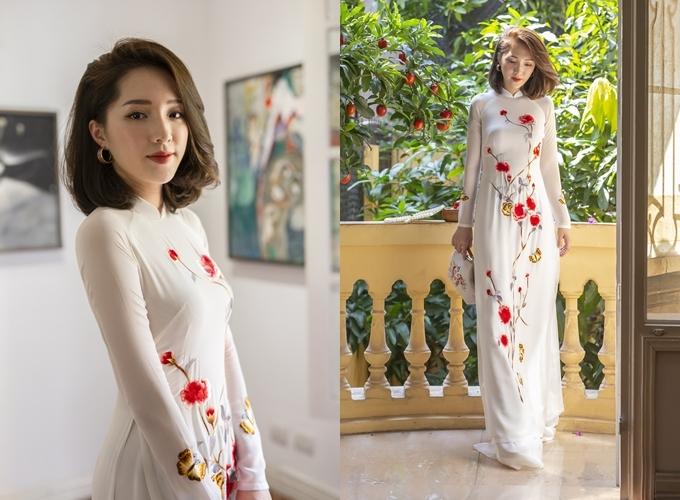 Tấm áo dài trắng được khai thác từ chất liệu chiffon, có họa tiết hoa hồng leo,những cánh bướm bay lượn được thêu tay. Áo có giá thuê 4 triệu đồng, giá bán 15 triệu đồng. Trang phục:Áo dài Quỳnh Anh