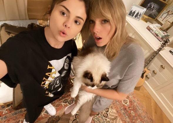Selena chia sẻ ảnh với Taylor, khẳng định tình bạn bền chặt không gì có thể lay chuyển.