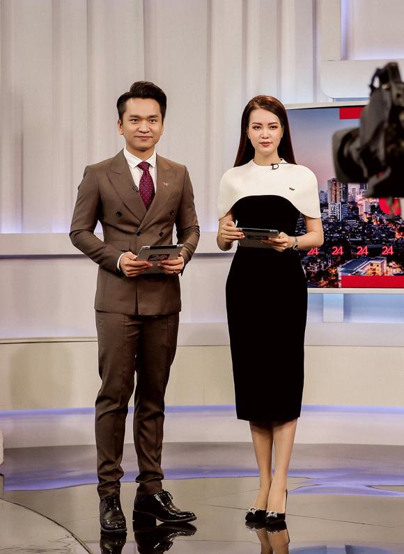 Á hậu Thụy Vân đầu tư váy áo dẫn chương trình