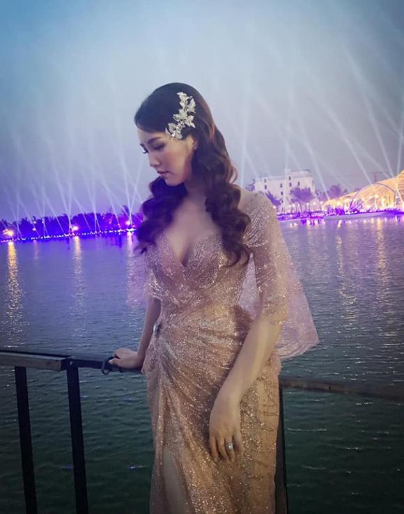 Á hậu Thụy Vân đầu tư váy áo dẫn chương trình - 8