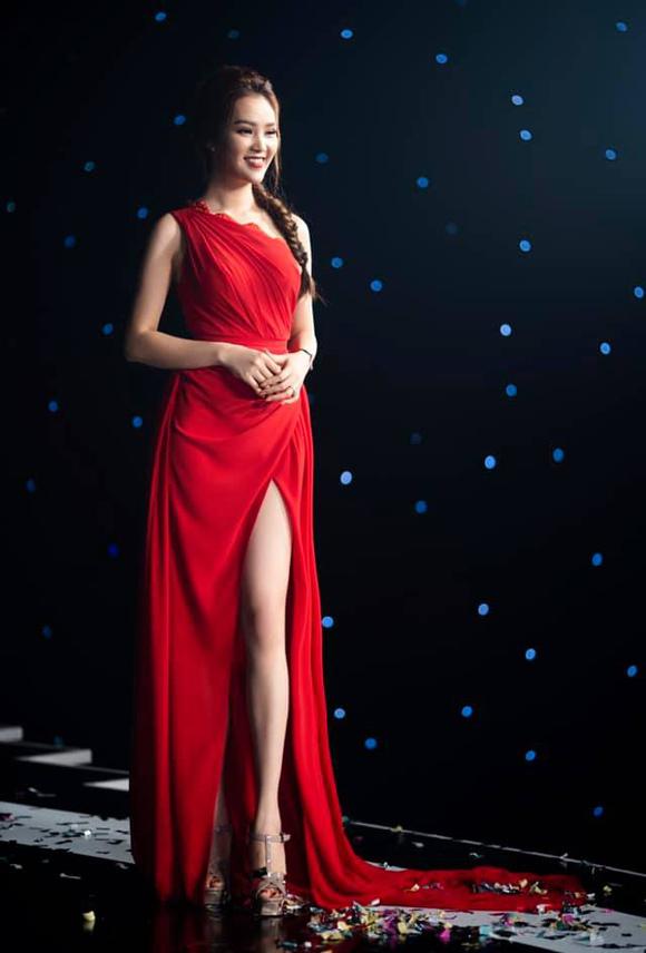 Á hậu Thụy Vân đầu tư váy áo dẫn chương trình - 9