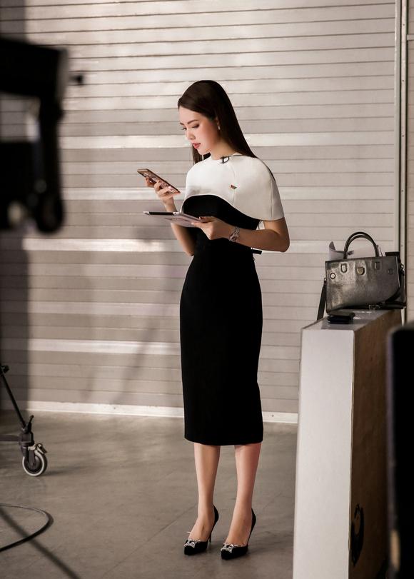 Á hậu Thụy Vân đầu tư váy áo dẫn chương trình - 1