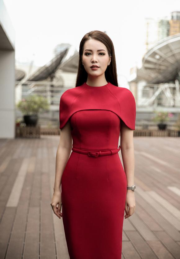 Á hậu Thụy Vân đầu tư váy áo dẫn chương trình - 2